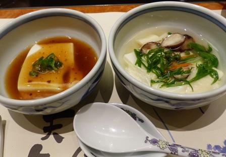 On le déguste avec deux types de sauces : un bouillon léger aux légumes et une sauce bien relevée.