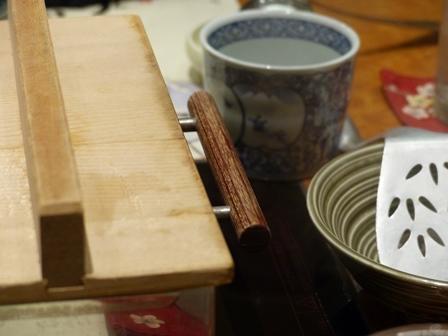 Le tofu se prépare tranquillement pendant le début du repas.