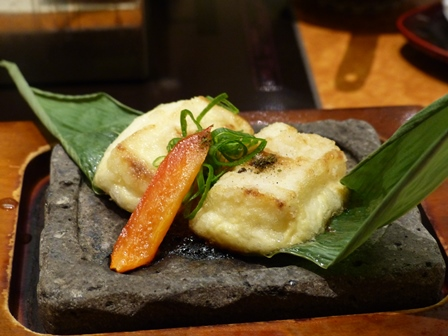 Tofu no yogan-yaki (tofu cuit sur une pierre volcanique)